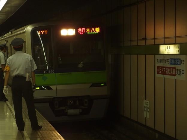 都営新宿線篠崎駅2番線 都営10-390F急行本八幡行き進入