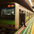 写真: 都営新宿線大島駅1番線 都営10-390F各停八幡山行き笛扱い
