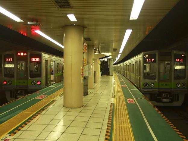 都営新宿線本八幡駅 都営10-270Fと10-280Fの8次車の並び