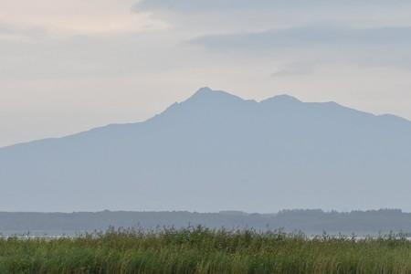 濤沸湖から望む斜里岳