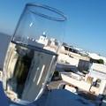 写真: ワインに映す青い屋根