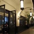 写真: お洒落なレストランが並びます