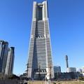 写真: ランドマークタワーと日本丸