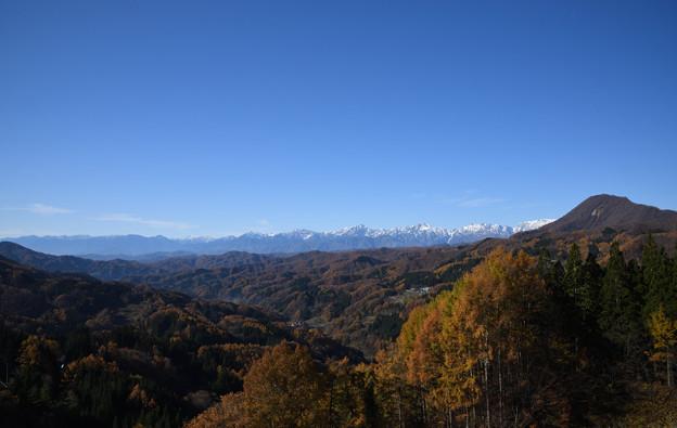 写真: 大望峠より秋の鬼無里村と北アルプスを望む