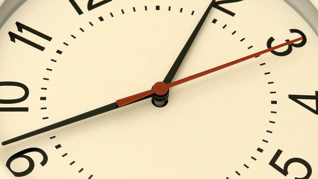 快速转动的钟表象征着时间的飞速流逝视频素材(Clock Reverse)