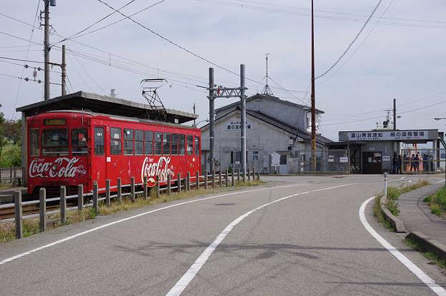 s1232_万葉線7075_越ノ潟と富山県営渡船越の潟発着場