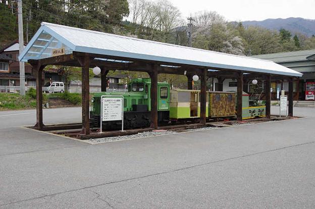 s1285_立山砂防のディーゼル機関車展示_旧奥飛騨温泉口駅前