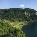 写真: 湖と畑
