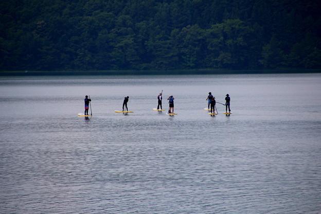 湖面に立つ