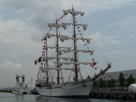 090601-新港 メキシコ帆船+護衛艦 (1)