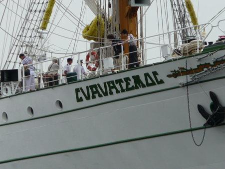 090601-新港 メキシコ帆船+護衛艦 (2)