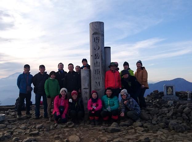 塔ノ岳山頂で雄大な富士山を背景に