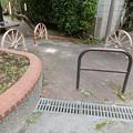 写真: 車輪型車止
