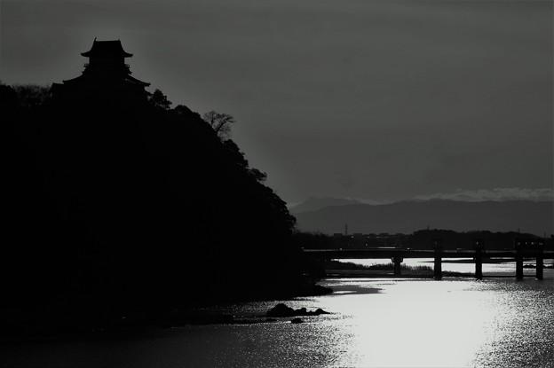 木曽川の黄昏に佇む犬山城