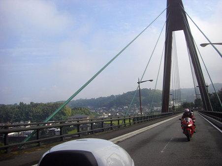 天領大橋を渡って
