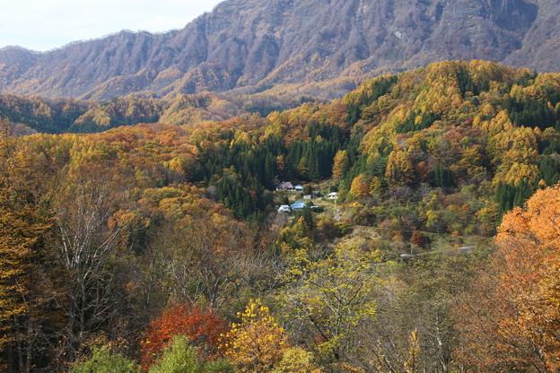 紅葉の谷間の山村風景