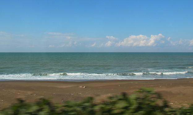 写真: 積雲-日本海の浜辺の車窓から