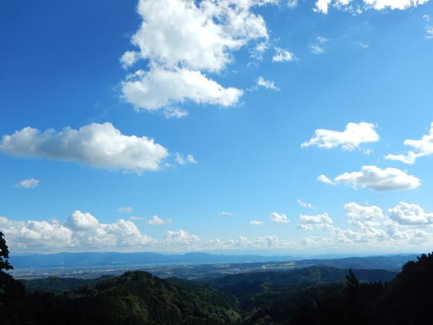 浅い積雲と低い山並み