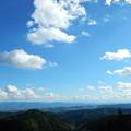 写真: 浅い積雲と低い山並み