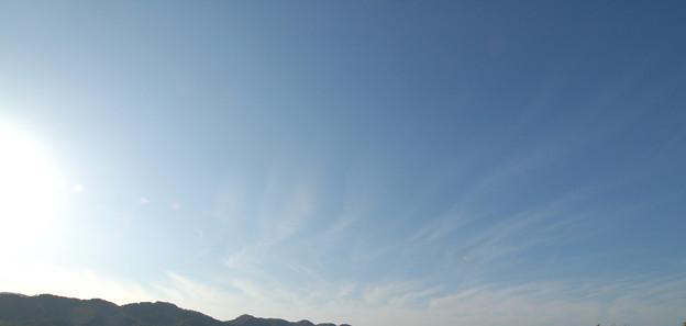 写真: 晴天に消える川のような巻雲