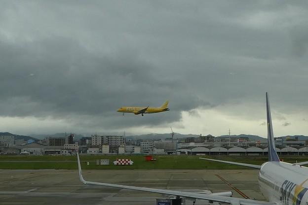 2017.9.27 着陸するFDA 福岡空港