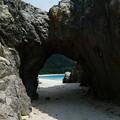 岩の穴から見える阿波連ビーチ