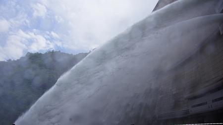 温井ダムドライブ (44)放水