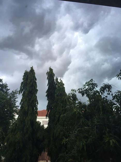 怪しい雲がモクモクと
