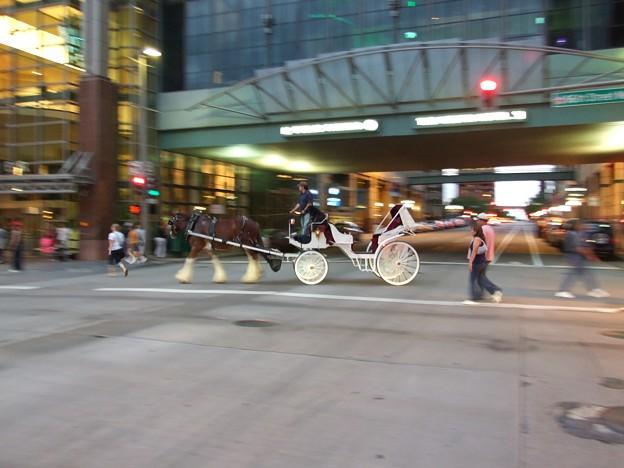写真: 馬車走る