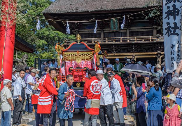 写真: 茅葺(かやぶき)の楼門