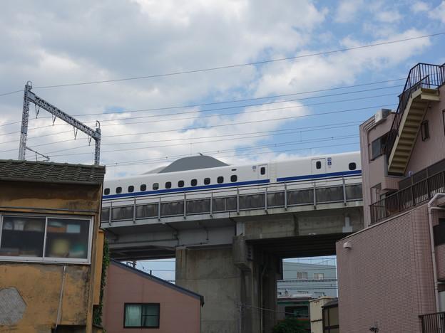 のんき通りから見える新幹線 (品川区二葉)
