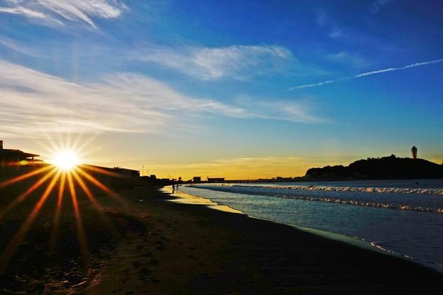 写真: 新春・片瀬海岸 昇る陽は陸から。