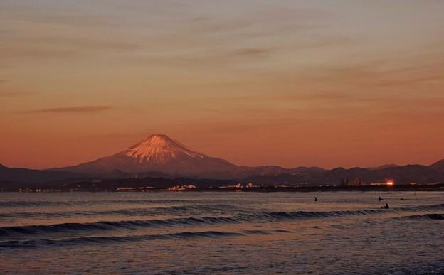 写真: 新春・片瀬海岸 振り向けば赤富士。
