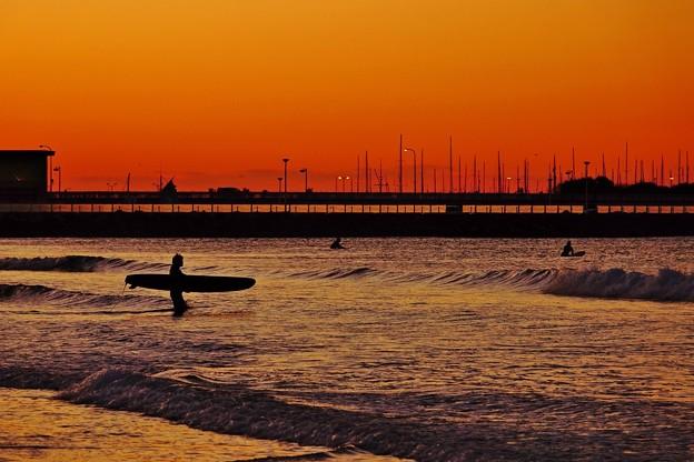 新春・片瀬海岸 夜明けのサーファー。