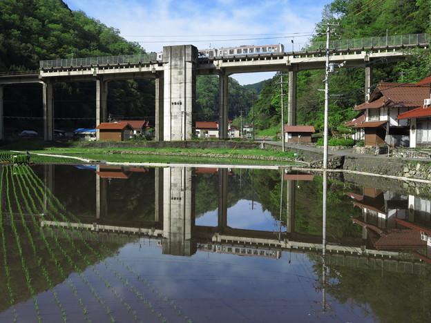 田植えする水面に映る宇都井駅