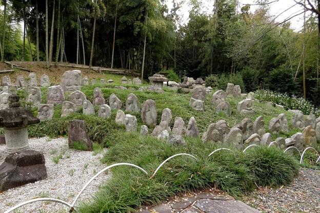発掘された石造物群