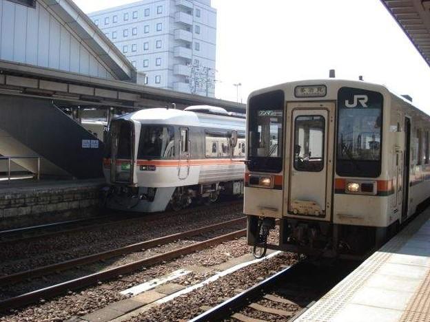 多治見行き普通列車と特急「ひだ」(美濃太田駅)