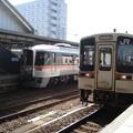 写真: 多治見行き普通列車と特急「ひだ」(美濃太田駅)