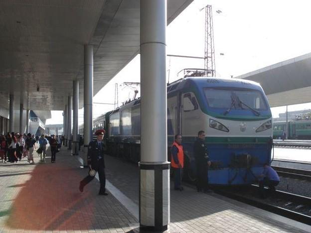 ブハラ行きN10列車(タシケント駅)(1)
