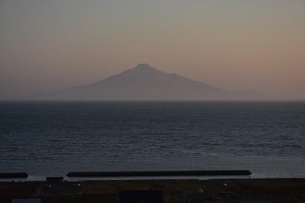 写真: 遠くに浮かぶ利尻富士