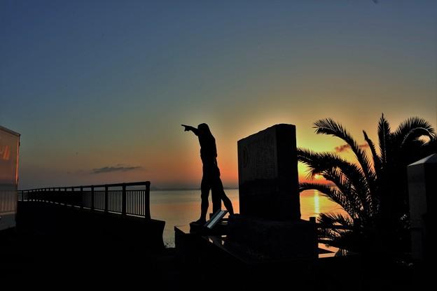 写真: 公園の朝(建国の雄姿像)