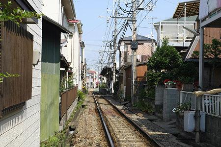 2009.06.20 江ノ電 腰越駅は路地裏に