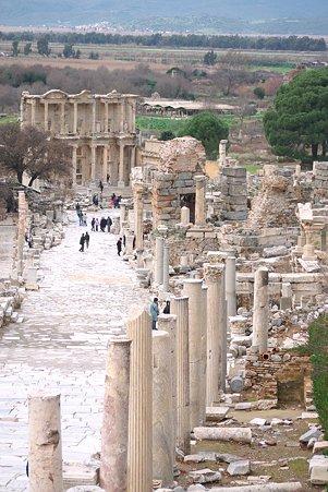 2011.01.23 トルコ 古代都市エフェス ヘラクレスの門から見たクレテス通り・ケルスス図書館が正面に