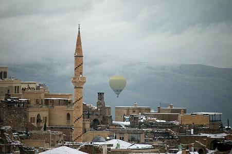 2011.01.26 トルコ カッパドキア 雪景色のウチヒサールに気球
