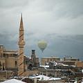 Photos: 2011.01.26 トルコ カッパドキア 雪景色のウチヒサールに気球