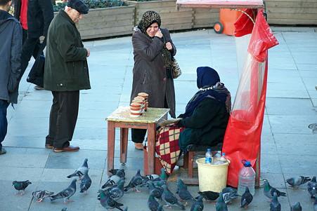 2011.01.27 トルコ イスタンブル イェニ・ジャーミィモスク前広場-ハトの餌売り