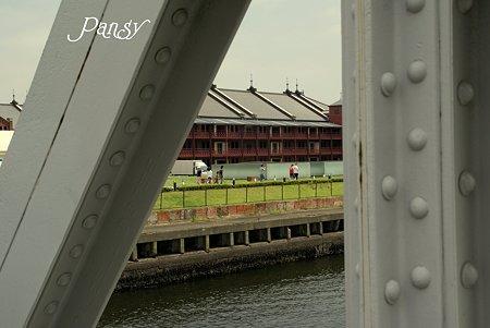 橋からみえた赤レンガ・・