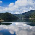 写真: 夏の空と徳山湖
