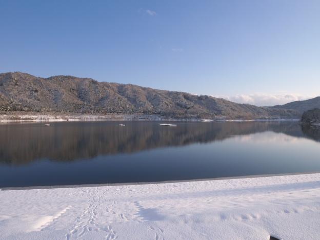写真: 冬のダム湖畔にて(1)