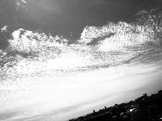 波のように流れる雲